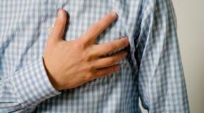 תמונה של איש עם כאבי לב לעמוד פריקרדיטיס