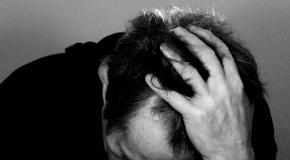 איש עם כאבי ראש חזקים ואולי לחץ דם