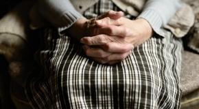 ידיים רועדות בגלל פרקינסון